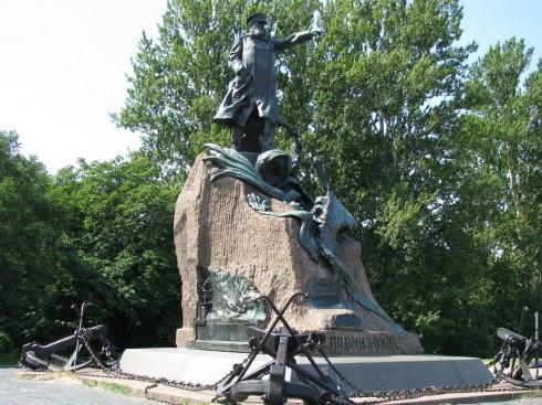 Памятник Макарову в Кронштадте
