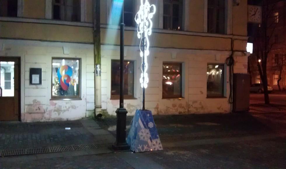 Фонарь и декоративный фонарьФото: kronnews.ru