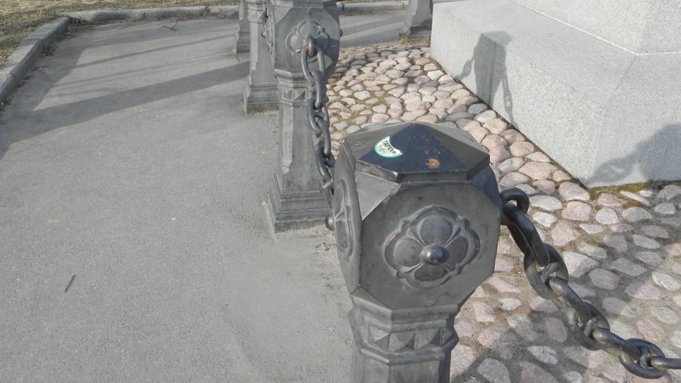 Наклейки на ограде памятника