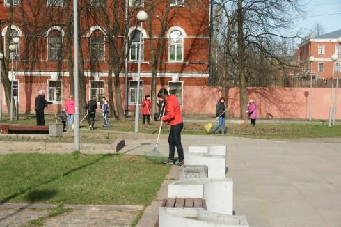Сотрудники Кронштадтского Дворца молодежи на весеннем субботнике
